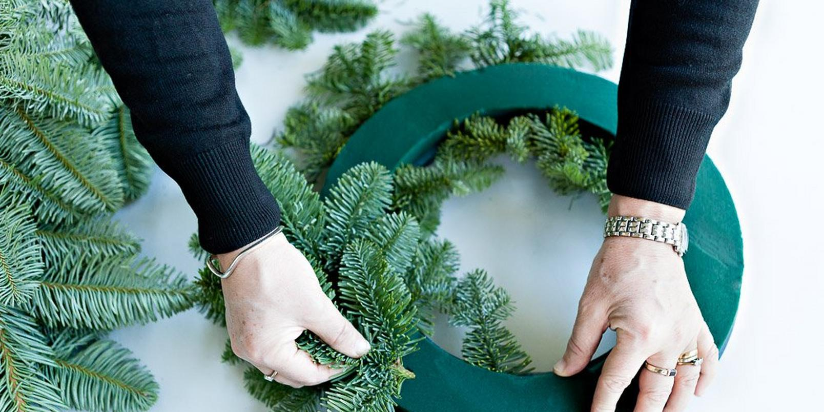 How-to-make-a-real-flower-Christmas-wreath-4