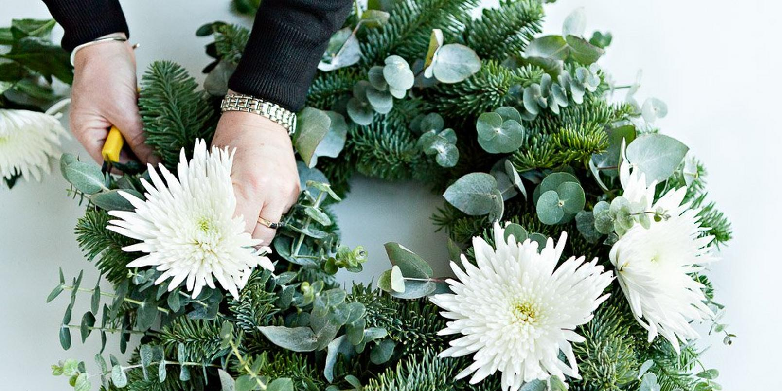 How-to-make-a-real-flower-Christmas-wreath-5