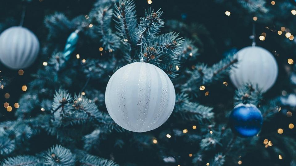 blue-and-white-christmas-decorations