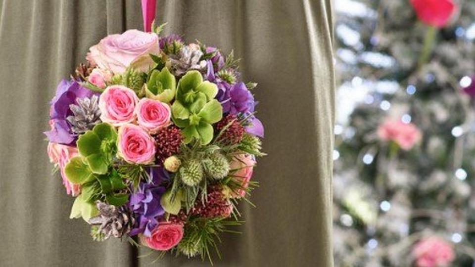 winter-wedding-ball-bouquet